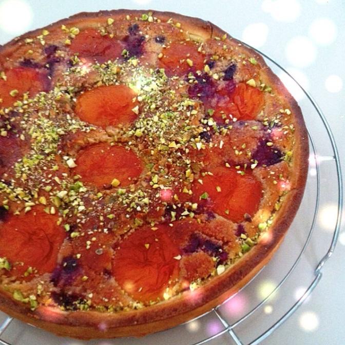 Tarte amandine pistache abricot et brisures de framboise